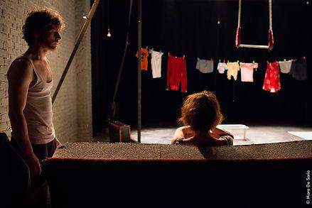 ''Parlez-moi  d'amour'', une comédie circassienne sur l'amour et ses détours. Un spectacle du cirque Farrago.De et avec Emmanuel Gaillard et Meike Gasenzer. Mise en scène de Frédéric Dussenne.
