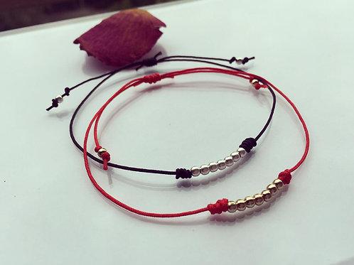 Pulsera Tu y Yo en Hilo Rojo  y Negro  Baño de Oro - Joyas de Mujer para Regalar