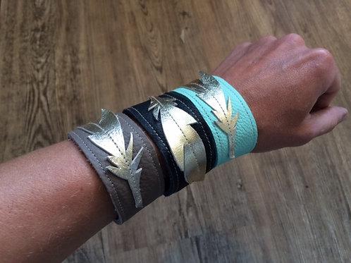 Armband mit goldener Feder