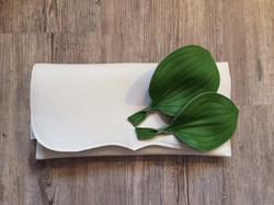 Clutch mit Wegerich-Blättern