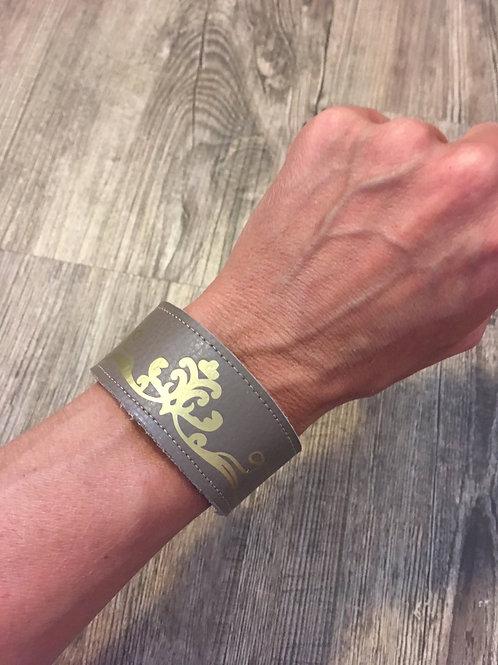 Armband schlamm mit goldenem Schnörkel-Ornament