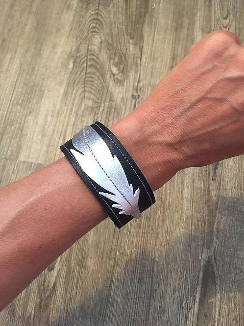 Armband schwarz mit silberfarbener Feder