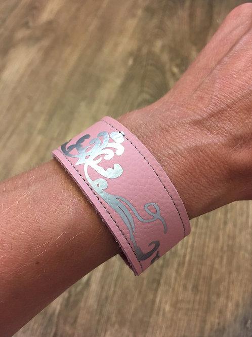 Armband rosa mit silberfarbenem Schnörkel-Ornament