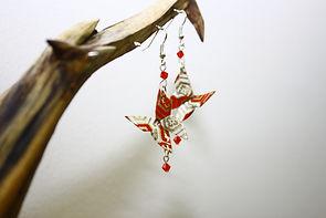 Bon d'oreille en origami en forme de papillon rouge vendu dans la boutique d'