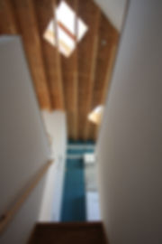大阪府箕面市の注文住宅 | 大阪 | Cooplanning | 箕面の店舗付き住宅 外観.2階階段スペース トップライト