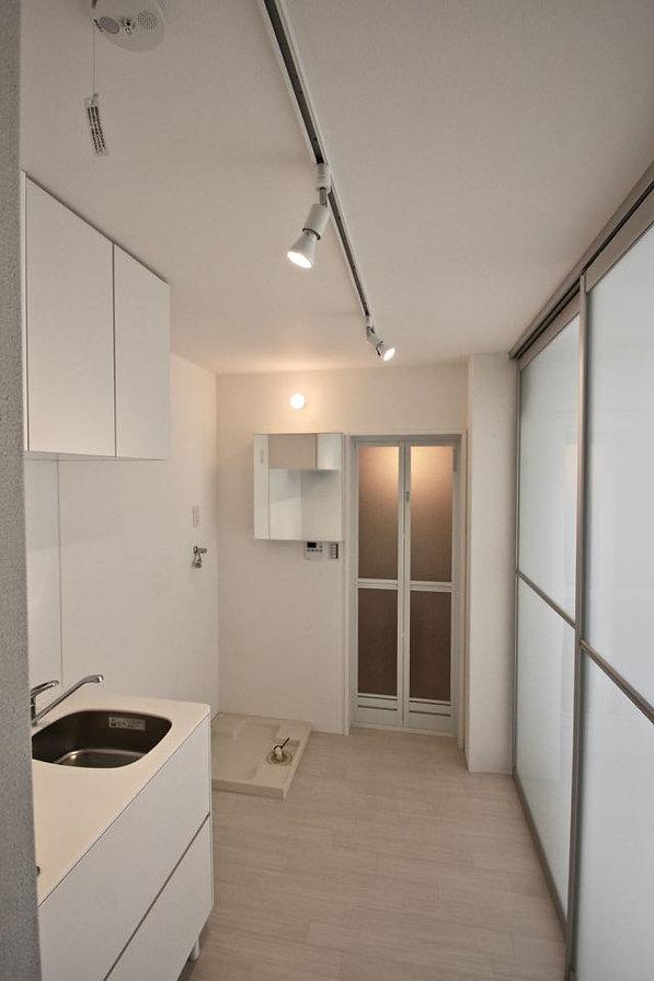 賃貸デザイナーズアパート 大阪 | 大阪 | Cooplanning | 芦屋市打出町 芦屋のアパートメント 1階ガレージ付き住戸キッチン.浴室スペース