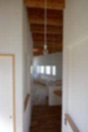 大阪府箕面市の注文住宅 | 大阪 | Cooplanning | 箕面の店舗付き住宅 内観.2階スペースからLDKをみる