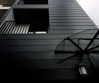 大阪府池田市のデザイン注文住宅の新築。ガルバリウム鋼板 長尺一文字葺き仕上げ。