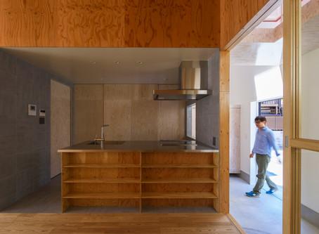 大阪の小さな住宅。2つのテラスに挟まれた明るい住空間をつくっています。