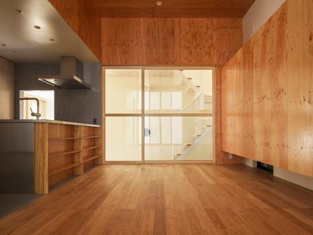 大阪市内の狭小地にある、3方向が隣家に囲まれた敷地条件での計画です。大阪市のデザイン注文住宅の新築。
