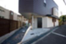 大阪府箕面市の注文住宅 | 大阪 | Cooplanning | 箕面の店舗付き住宅 外観.住居玄関およびガレージ