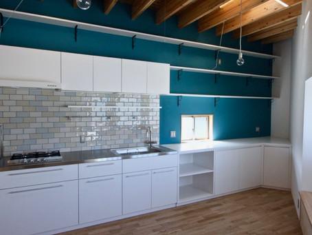 注文住宅ならでは、オリジナルキッチンを製作し、スペースを有効利用しています。