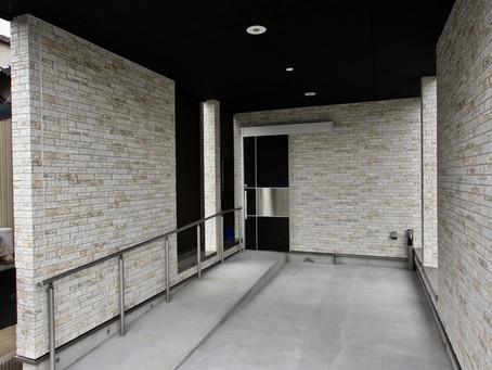 大阪の住宅新築。敷地は、間口が狭く奥行きが長い、大阪市の狭小地にあるタイプです。