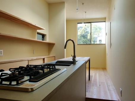 大阪市内の狭小住宅の新築。狭小間口の敷地にデザインされています。