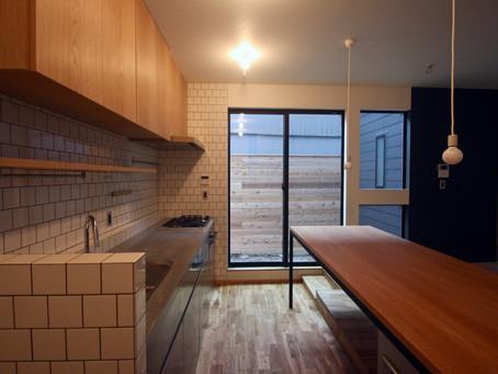 大阪のデザイン住宅 新築。都心の梅田に近い環境のなか、落ち着いた暮らしやすい住空間をつくることができています。