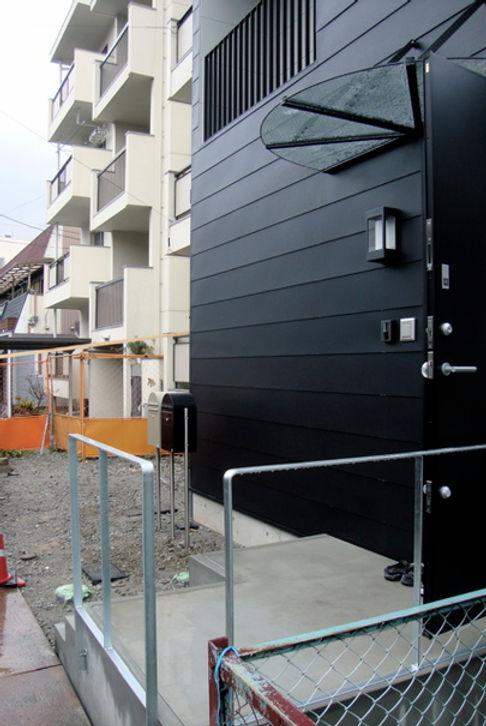 大阪府池田市の注文住宅 | 大阪 | Cooplanning | 池田の家 外観.玄関ガラスひさし