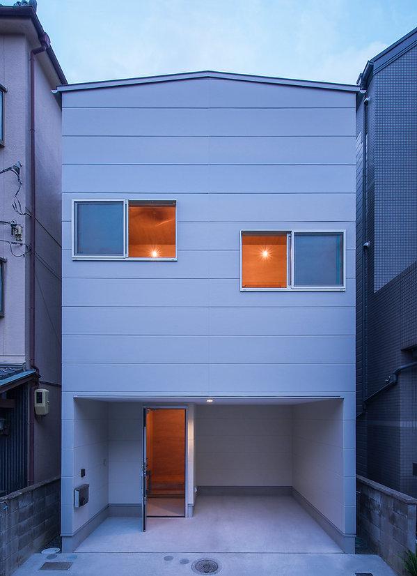大阪狭山の注文住宅 | 大阪 | Cooplanning | 大阪狭山市 狭山の家 正面外観夕景