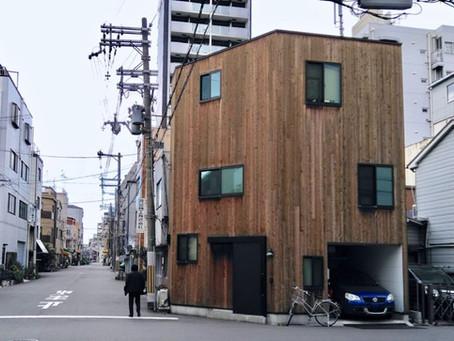 大阪市西区 狭小住宅。外壁は、経年変化が楽しみなレッドシダーの板張りで仕上げています。