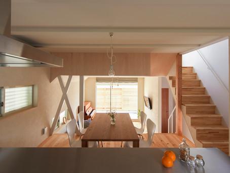 宝塚市中山寺のデザイン注文住宅の新築。緩やかなスキップフロアでスペースをつなぐ。