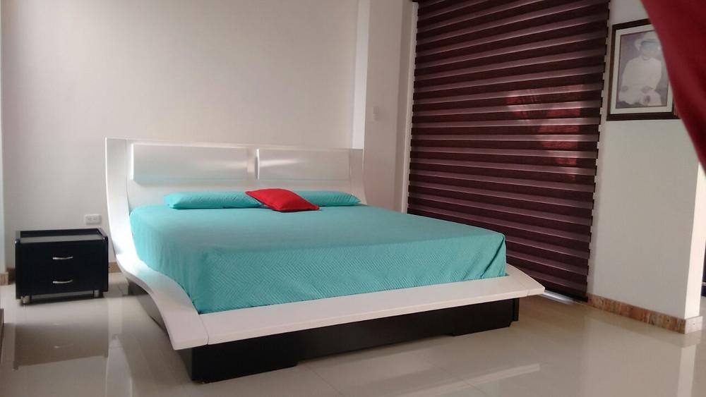 Nuestra bella alcoba Olimpo. Es una cama Deco o Moderna de color blanco y pintada en poliuretano