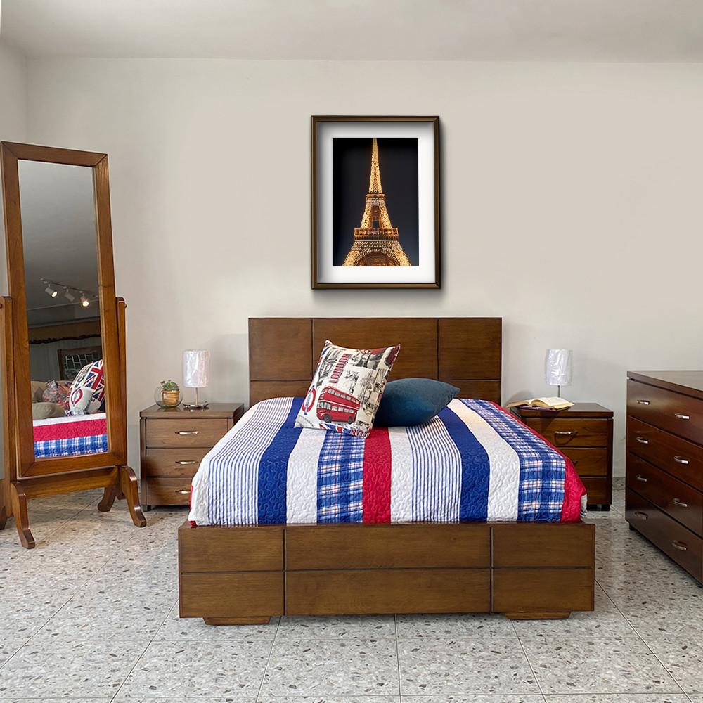Alcoba Deco compuesta de cama moderna con nocheros, cajonera y marco espejo de pie. Pintado en café envejecido
