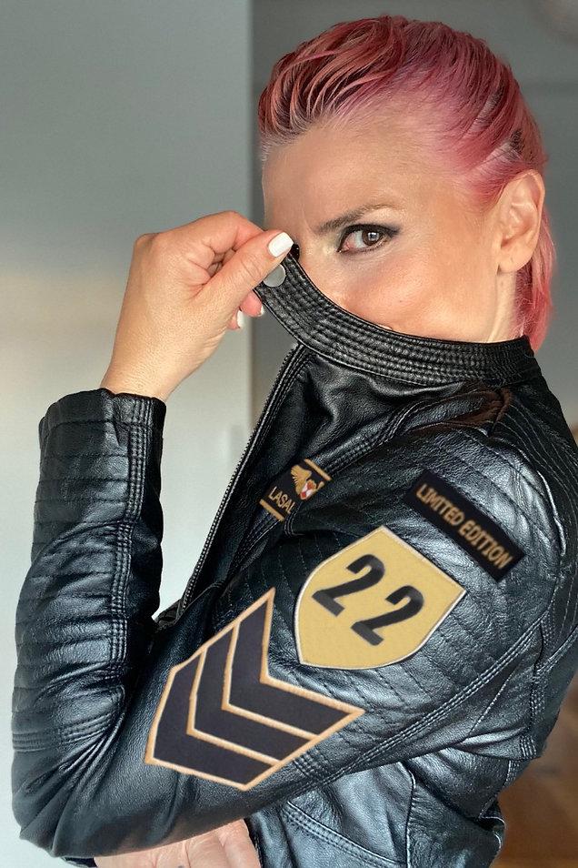 cazadora-oficial-de-mujer-gold-edition.jpg