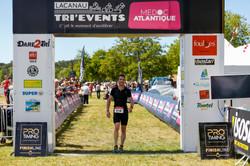 2017lacanau-tri-events-2017-triathlon-vainqueurs-arrivee-arche-sebastien-huruguen-1
