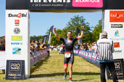 2017pierre-massoneau-remporte-lacanau-tri-events-2017-triathlon-olympique-M-arrivee-argon-18