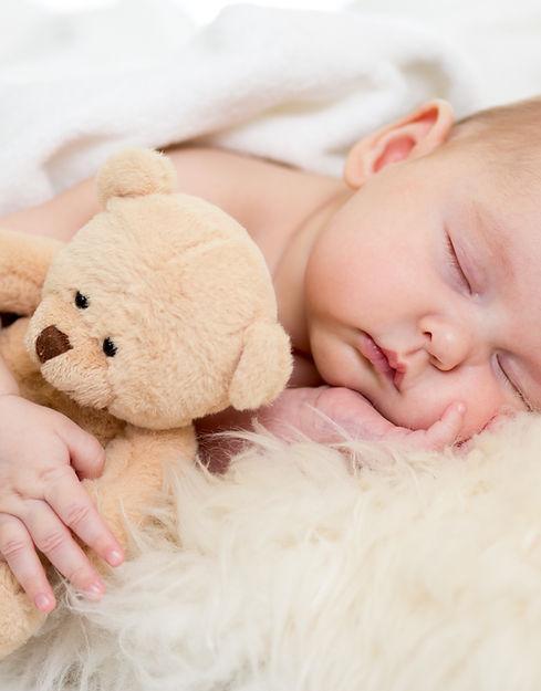 bébé dort avec doudou, apaisé, détendu