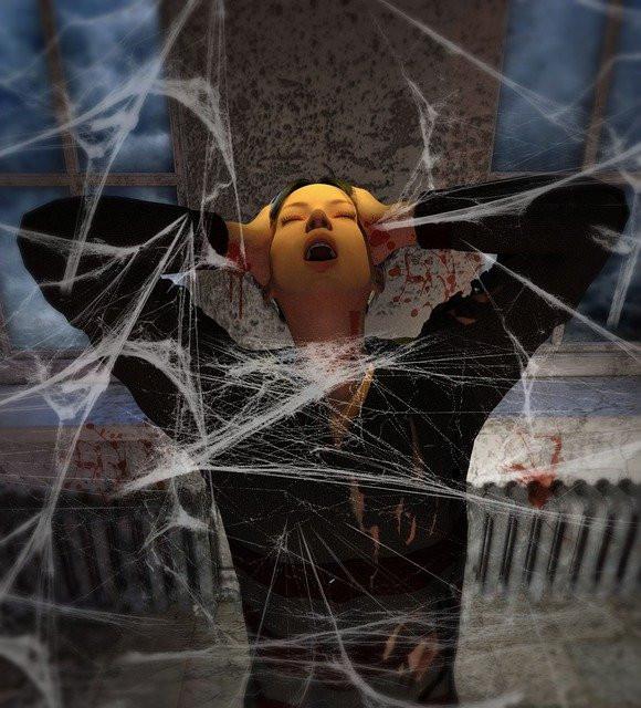 femme qui se débat dans les toiles de la peur, cri, toiles d'araignées, inquiétude, filets de la peur