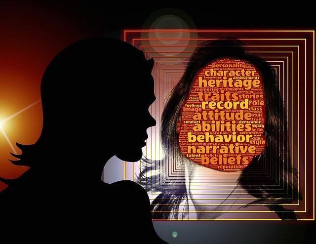femme face à son miroir, s'interroge, introspection, remise en question, attitude, héritage, caractère, mieux se connaitre