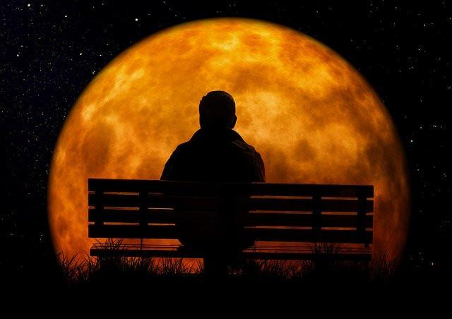 personne observe la lune - retraite spirituelle - prendre soin de soi - se poser - réfléchir