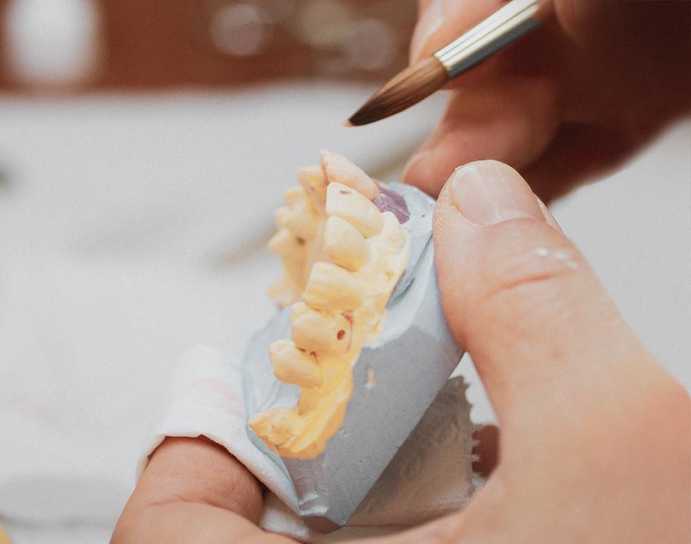 Erikoishammasteknikko Anssi Kamula valmistaa hammasproteeseja