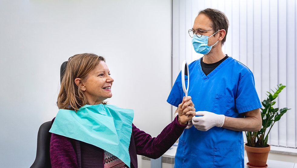 Hammaskamun erikoishammasteknikko Anssi Kamula hoitaa potilastaan Helsingin Töölön toimipisteessä.