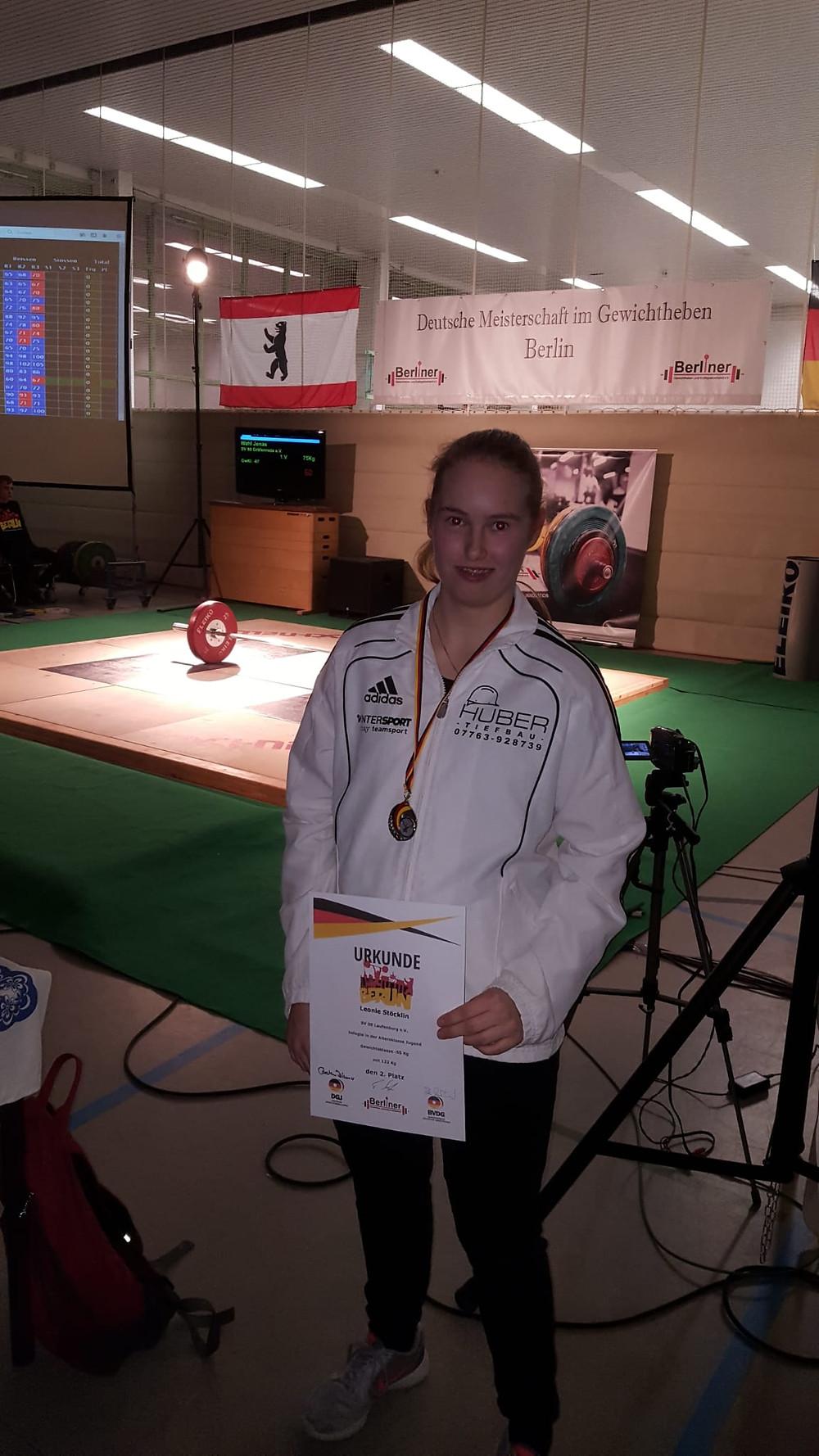 Stolze Silbermedaillien-Gewinnerin Leonie Stöcklin