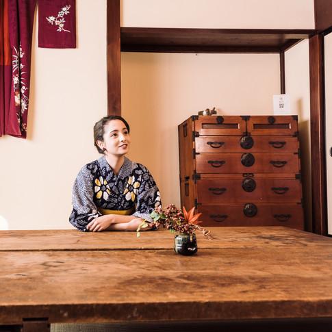 """時が止まる宿""""Samurai's house""""へようこそ。  この宿は、約100年前に建てられたもので、古き良き日本文化が残る町屋です。   その良さを活かしながら、内装をリノベーションし、時代家具と呼ばれる、江戸時代から大正、昭和初期あたりの古い家具を、数多く設置させて頂きました。  一日一組限定の宿泊施設となっていますので、ゆっくりと流れる時間を楽しみながら、日本文化に浸って頂けますと幸いです。  住所:富山県高岡市福岡町下蓑2137 ※ご予約はHPからお問い合わせくださいませ。"""