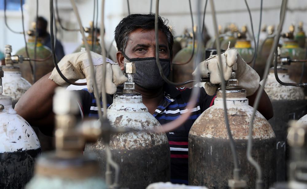Hospital worker struggles to maintain oxygen supplies in Delhi