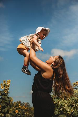 SunflowerFields_FamilyPhotography_OhTannenbaumPhotos.jpg
