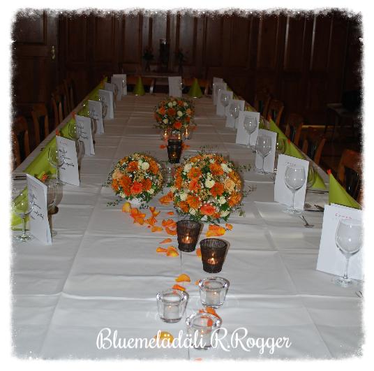 Tischdekoration mit Blütenkugeln