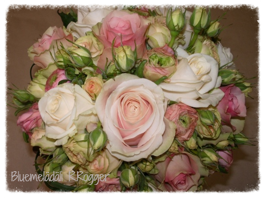 Brautstrauss mit Rosen und Ranunkeln