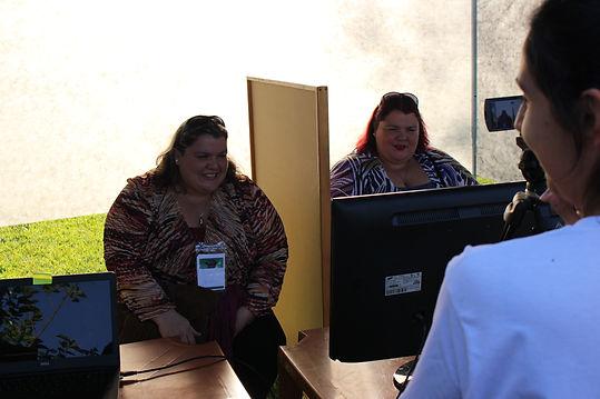 Gêmeas participando de um experimento. Foto de oto - Helena Marques M. Morais