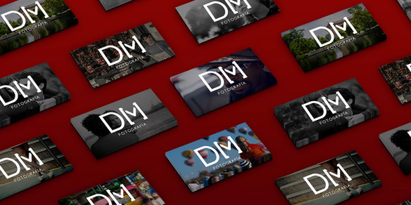 Branding DM Fotografía Aplicacion del logo en tarjeta de presentación. (Fotomontaje)