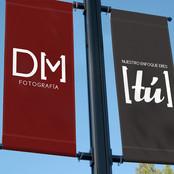 Branding DM Fotografía Aplicacion del logo y slogan en banner exterior (Fotomontaje)