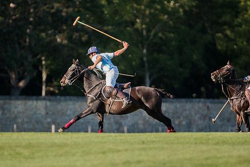 Un joueur de polo en action à Courances