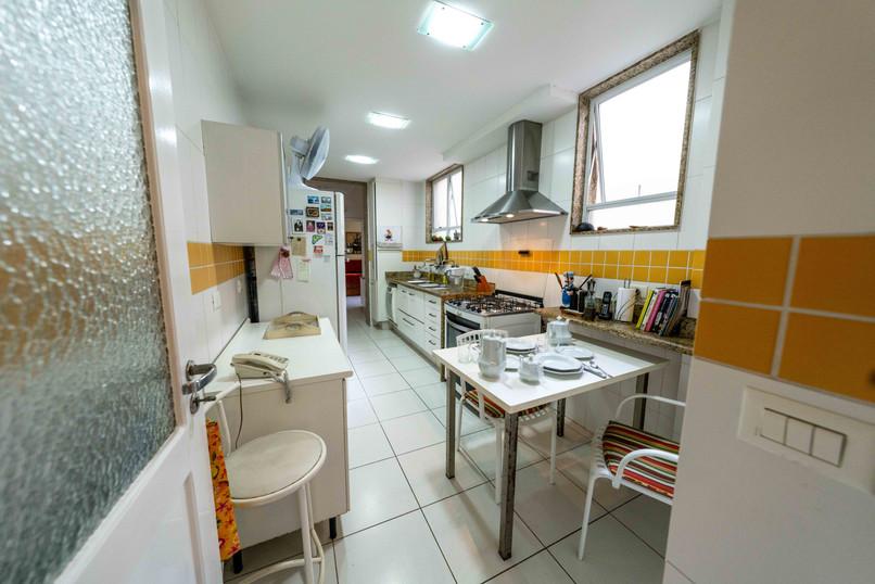 Kitchen view toward Suite dos fundos