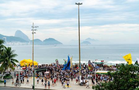 Bloco Samba do Mundo marches in Copacabana