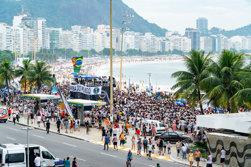 Bloco Samba do Mundo leaves Posto 6, Copacabana