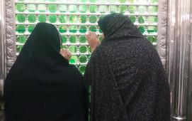 Iranian women look at the tomb of Ruhollah Khomeni
