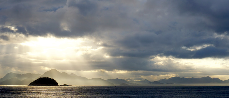 Ilha de Cotumduba and mountains behind Niteroi