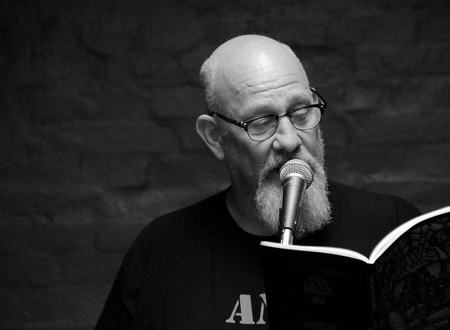 Forfatter Erik Trigger i gang med oplæsning.